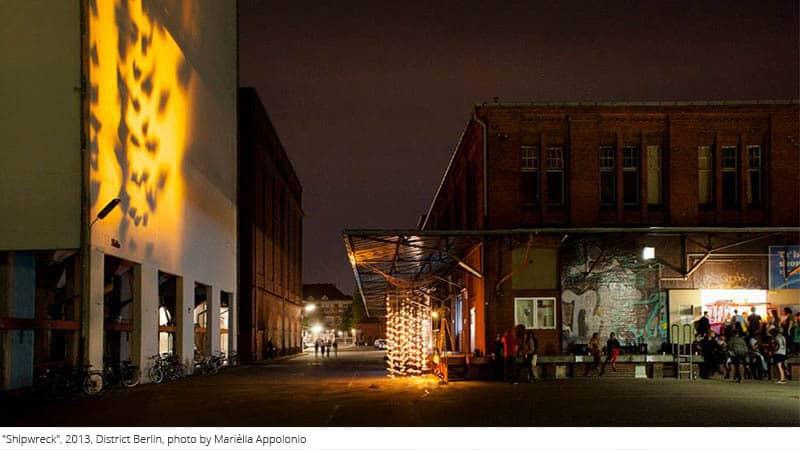 Kunstwerk mit Papierbooten bei Nacht