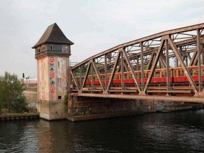 Stellwerk und Zug, Along the Lines, Foto von Natalia Irina Roman
