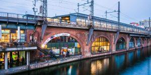 Außenansicht der DB mindbox mit S-Bahn-Haltestelle Jannowitzbrücke