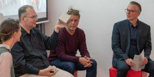 Onno Szillis zeigt eine Produkt der DB mindbox