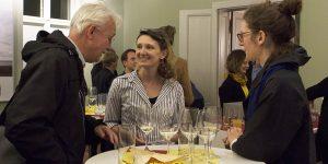 Gespräch bei Wein und Gebäck